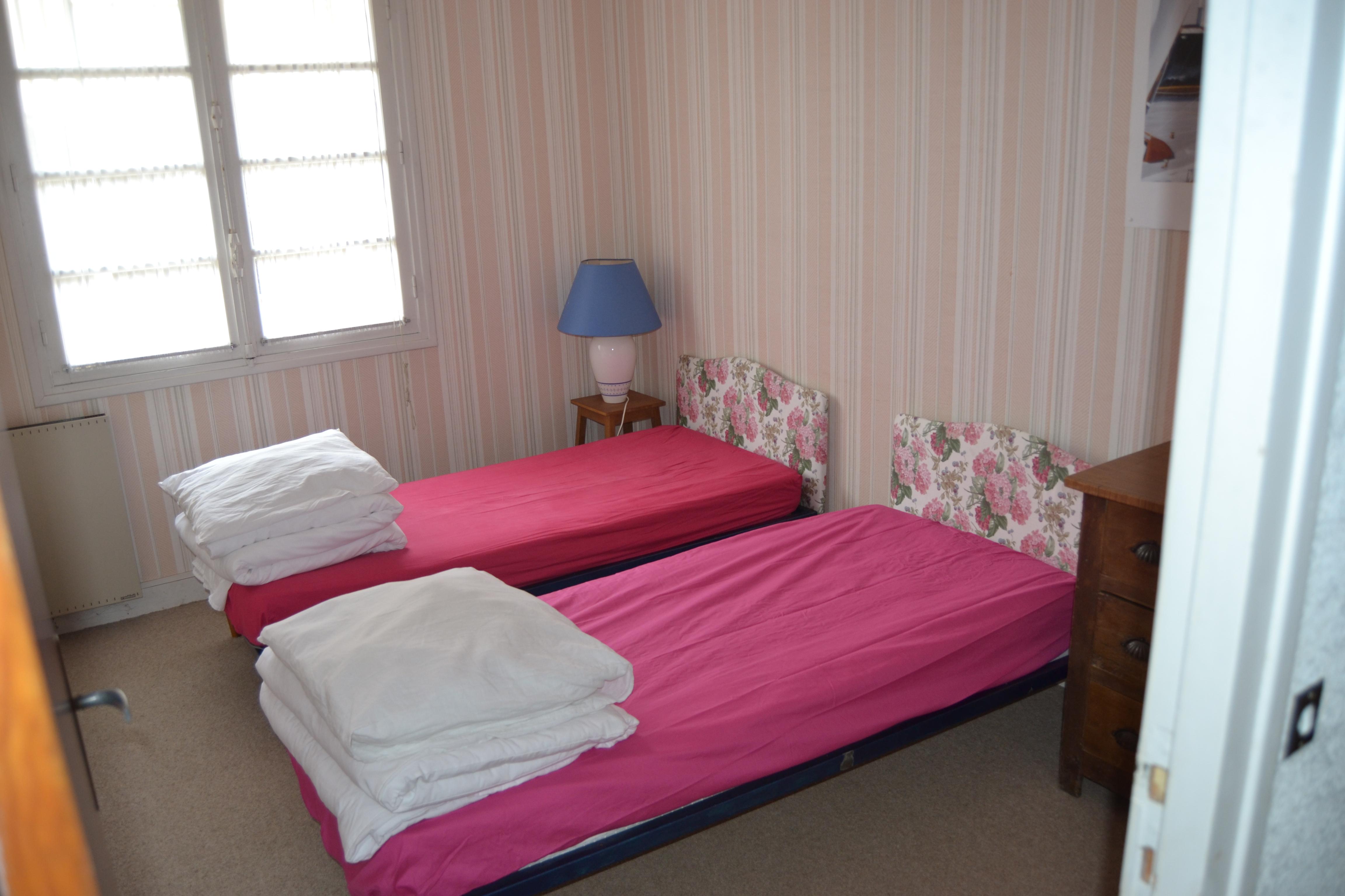 chambre avec lits jumeaux et lit parc pour b b location saisonniere normandie proche mer. Black Bedroom Furniture Sets. Home Design Ideas